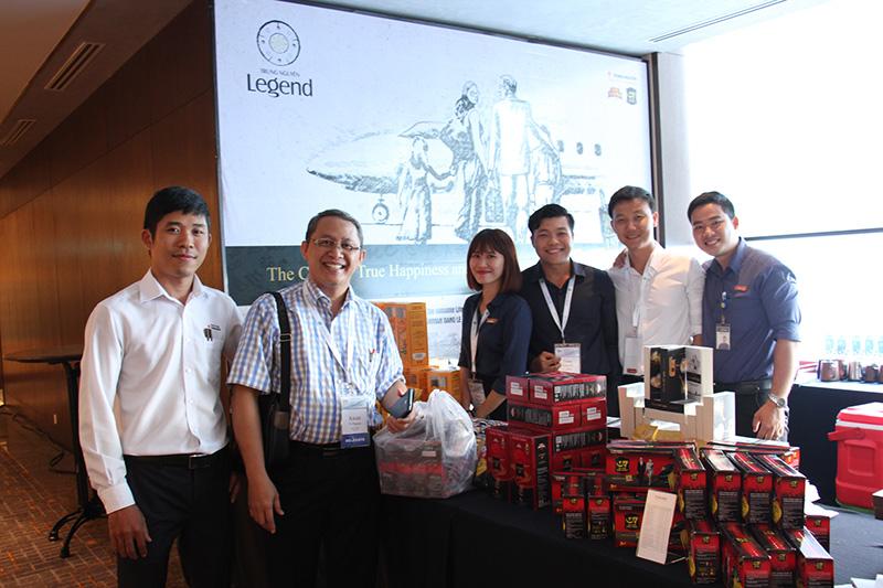 Ông Awan vui vẻ chụp chụp ảnh chung với các người anh chị em Trung Nguyên và thương hiệu sản phẩm cà phê mà ông yêu thích.