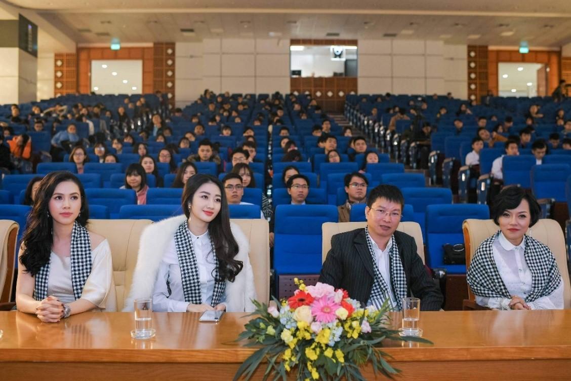 Các khách mời và sinh viên trong chương trình Hành trình từ Trái Tim – Hành trình Lập chí Vĩ đại – Khởi nghiệp Kiến quốc cho 30 triệu Thanh niên Việt