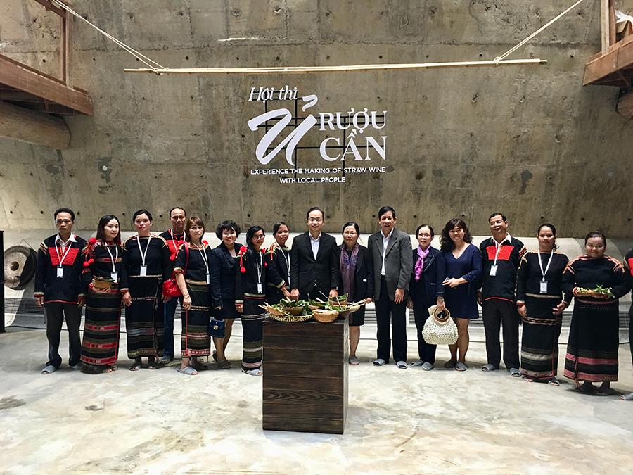 Các đội thi chụp hình lưu niệm cùng Ban tổ chức và khách du lịch