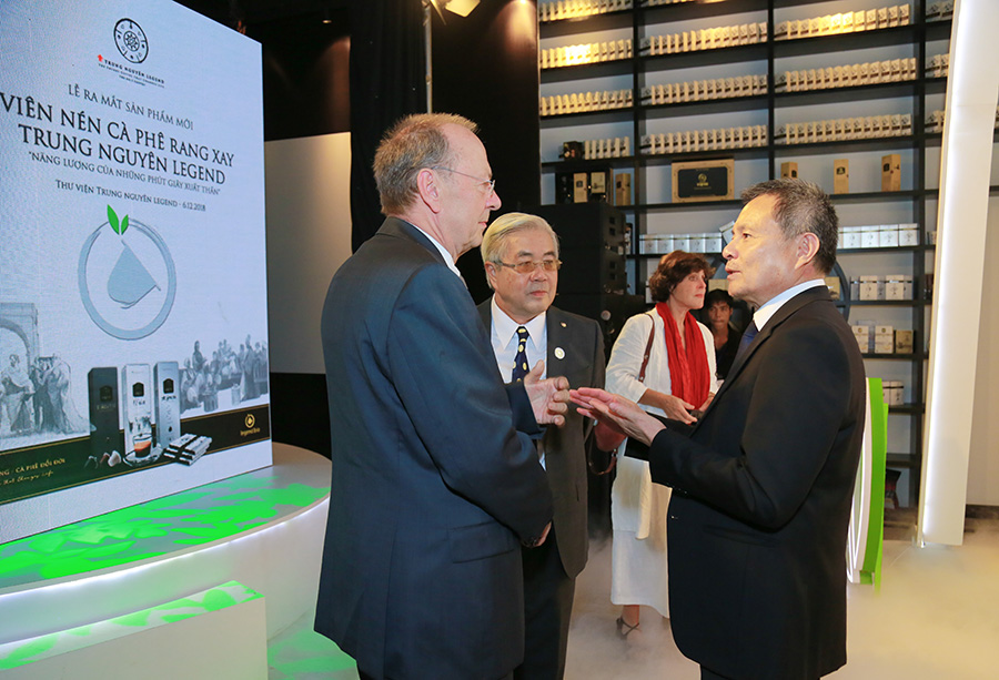 Ông GUSTAV LUEHRS - Đồng sáng lập - Tổng Giám Đốc Neuhaus Neotec trao đổi về sự đặc biệt của viên nén cà phê rang xay Trung Nguyên Legend Capsule