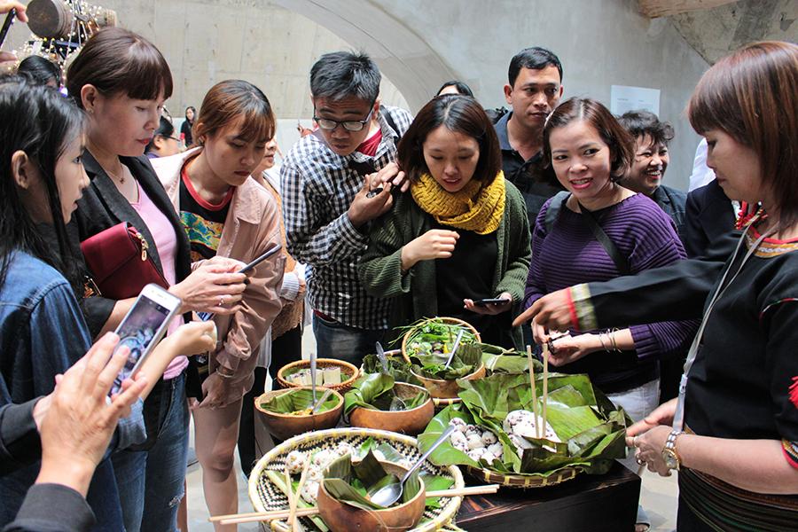 Du khách Bảo tàng hào hứng tìm hiểu các món ăn bản địa