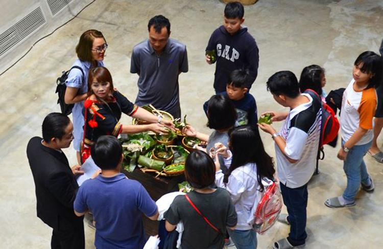 Nhiều món ăn ngon lạ được đồng bào mời thưởng thức tại chỗ