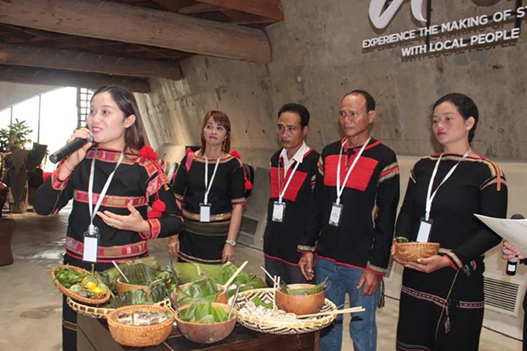 Thành viên mỗi đội giới thiệu về cách chế biến các món ăn truyền thống