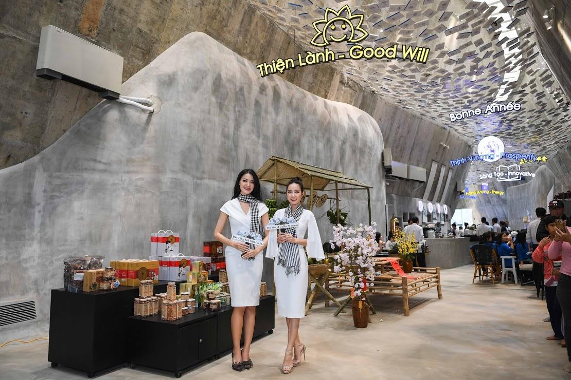 Hoa hậu Thùy Dung, Người đẹp Hồng Tuyết ngạc nhiên và thích thú khi tham quan Bảo tàng Thế giới Cà phê.