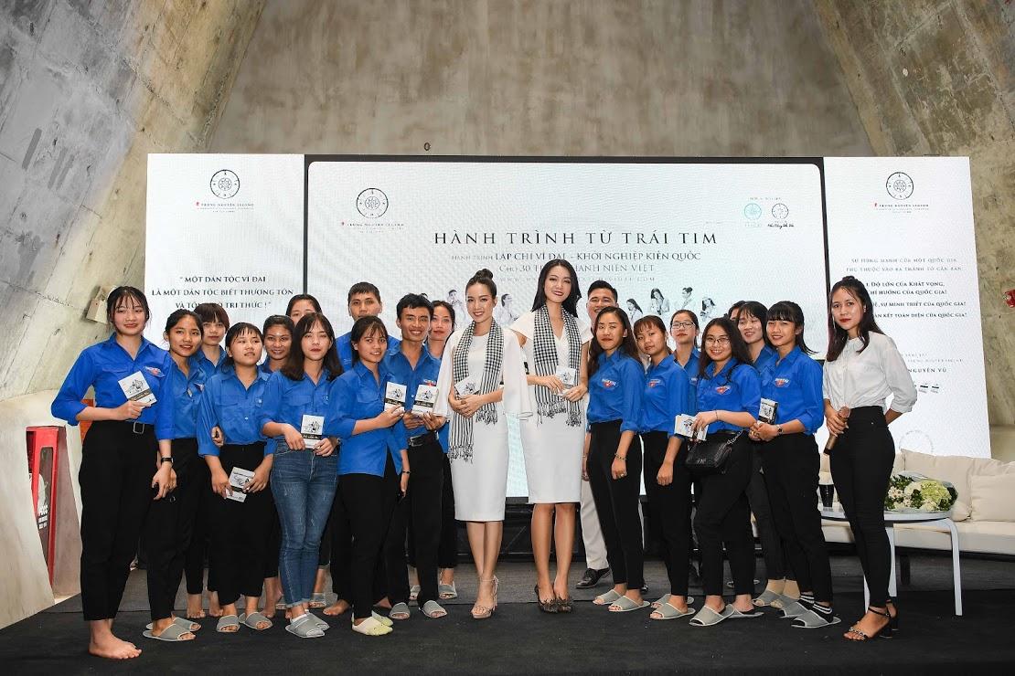 Hoa hậu Thùy Dung, Người đẹp Hồng Tuyết rạng rỡ trong vòng vây của các bạn sinh viên tại không gian Bảo tàng Thế giới Cà phê