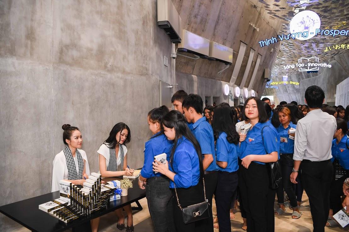 Hoa hậu Thùy Dung, Người đẹp Hồng Tuyết ký tặng sách quý đổi đời cho các bạn sinh viên tại không gian Bảo tàng Thế giới Cà phê