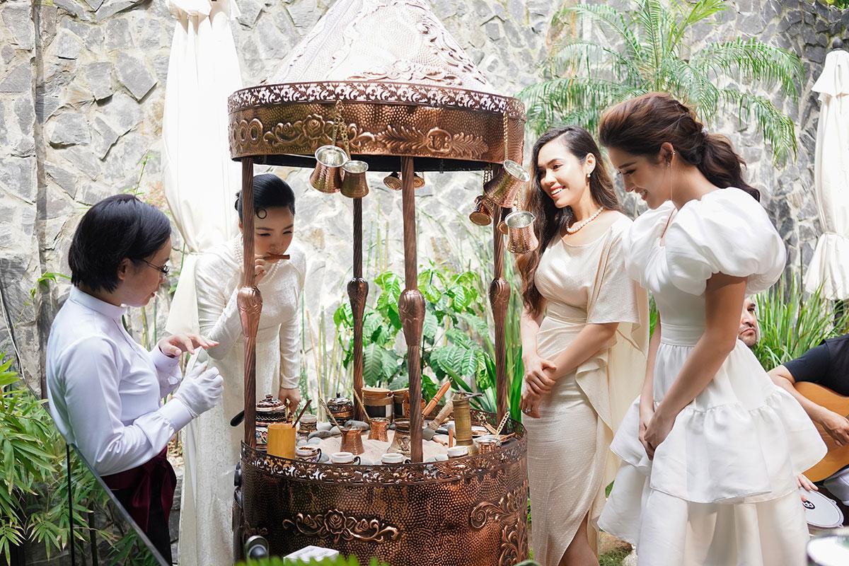 Hoa hậu Giáng My, cùng Á Hậu Huyền My và Á Hậu Hoàng My hào hứng trải nghiệm văn minh Cà phê Ottoman - một trong ba nền văn minh cà phê thế giới hội tụ tại Trung Nguyên E-Coffee