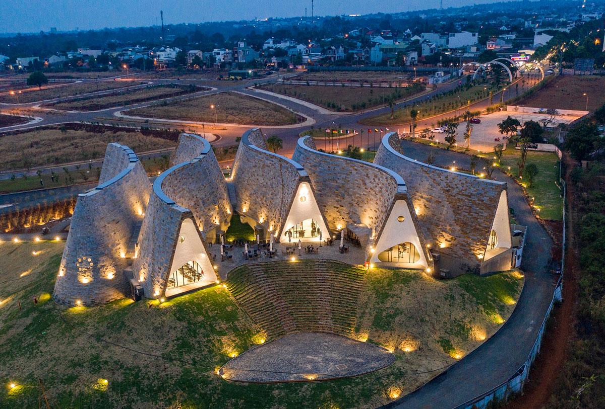 """Bảo tàng Thế giới Cà phê được hãng thông tấn quốc tế AP đánh giá là """"Bảo tàng sống lớn nhất, sống động và độc đáo nhất"""" và cũng là nơi diễn ra chương trình trình diễn 3 nền văn minh cà phê thế giới kết hợp nghệ thuật và công nghệ hiện đại vào ngày 30/7/2020"""