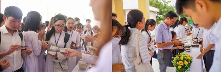 Học sinh, sinh viên hào hứng nhận bộ sách quý do Tập Đoàn Trung Nguyên Legend trao tặng.